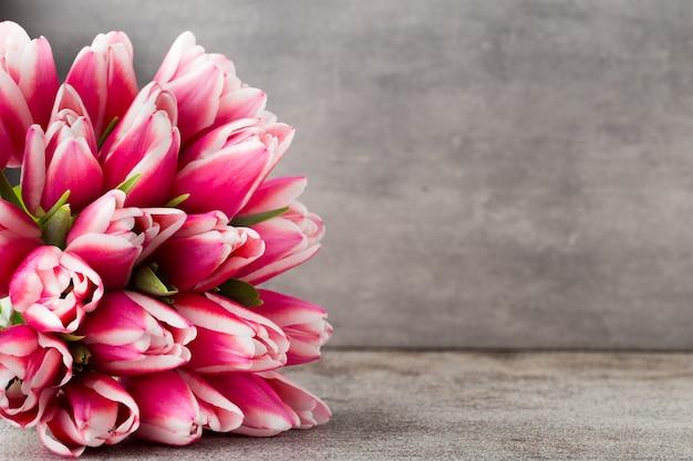 Tulipani sullo sfondo grigio