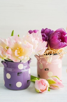 Tulipani viola rosa in vasi di terracotta carino