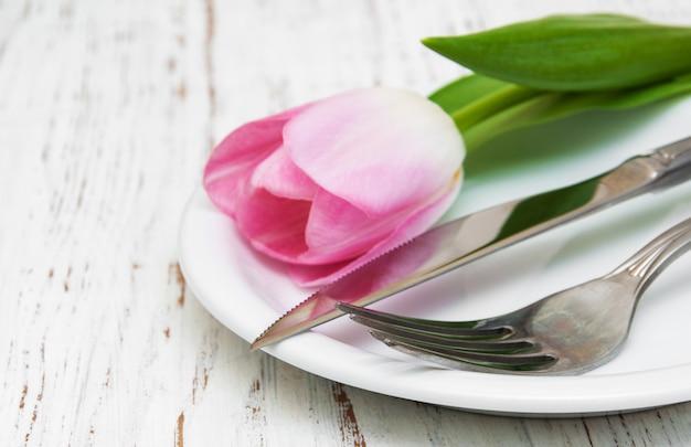 Tulipano rosa in un piatto