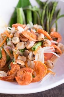 Tum di som o insalata piccante tailandese sul piatto bianco