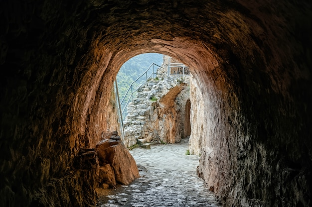 Tunnel scuro di un antico castello antico