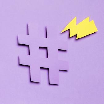 Tuono e hashtag dorati con il fondo dello spazio della copia