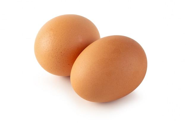Tuorli d'uovo freschi isolati su sfondo bianco