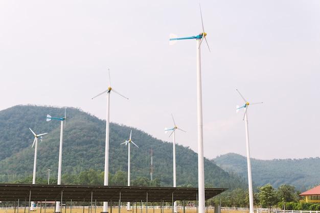 Turbine eoliche e elettricità delle celle solari nella centrale elettrica.