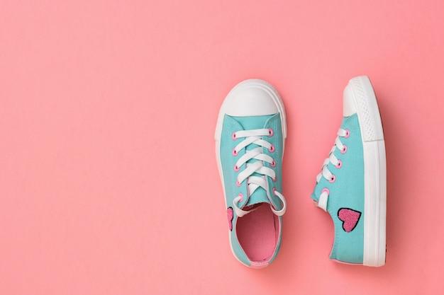 Turchese con scarpe da ginnastica rosa su corallo.