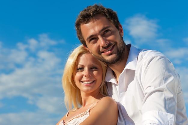 Turismo cittadino - coppia in vacanza su una panchina