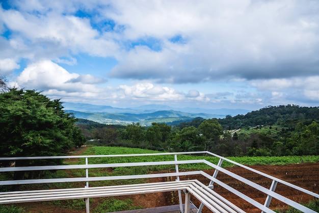 Turismo naturalistico in montagna vista dall'alto, posti a sedere, vista panoramica sulle montagne, natura