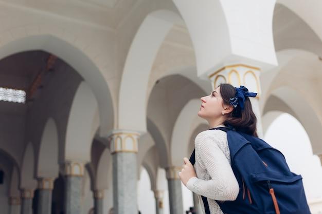 Turismo. viaggiatore della giovane donna che fa un giro turistico in egitto. ragazza che cammina in escursione guardando la moschea di al salam