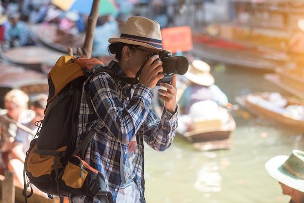 Turista al mercato galleggiante di damonen saduak