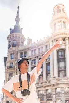 Turista asiatico che viaggia in europa.