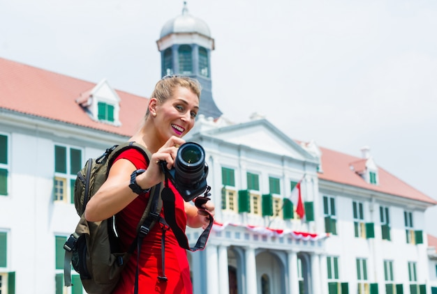 Turista che cattura le maschere facenti un giro turistico a jakarta, indonesia