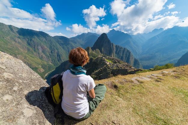 Turista che esamina machu picchu da sopra, il perù