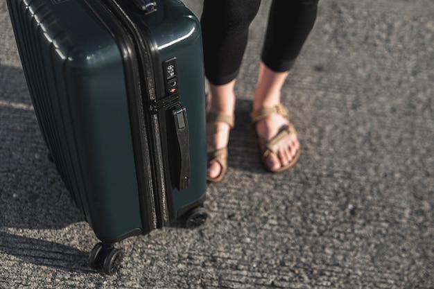 Turista del primo piano con una valigia