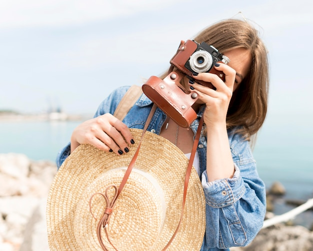 Turista del tiro medio che scatta le foto