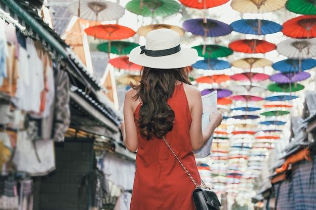 Turista del viaggiatore della donna con la mappa che viaggia sulla strada ambulante. viaggio viaggio viaggio