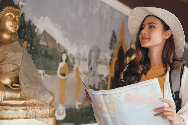 Turista del viaggiatore della donna con la mappa. viaggio viaggio viaggio