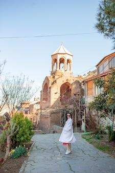 Turista della bella donna che cammina nella vecchia tbilisi