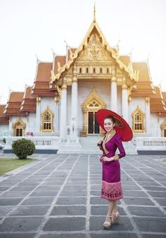 Turista della donna con il cappello tradizionale rosso