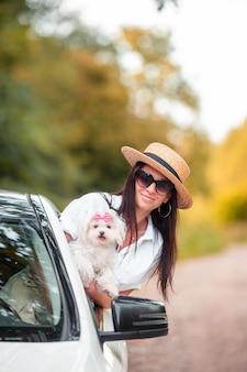 Turista della giovane donna che gode sulle vacanze estive