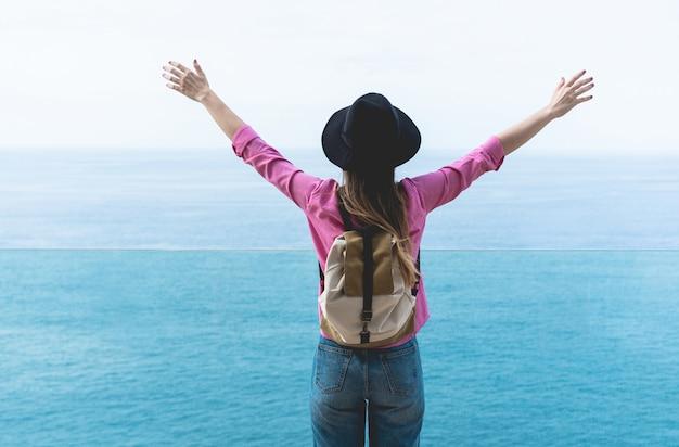Turista della giovane donna con la vista di oceano
