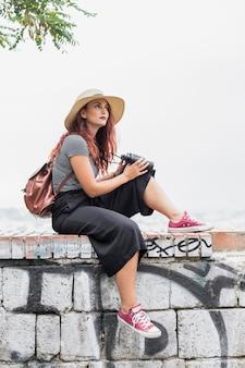Turista femminile con il binocolo