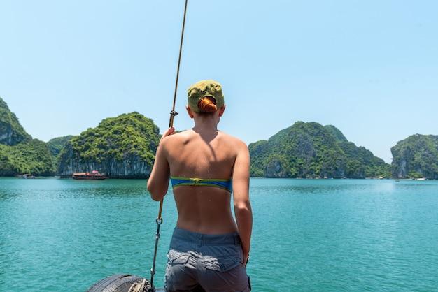 Turista nella baia di halong