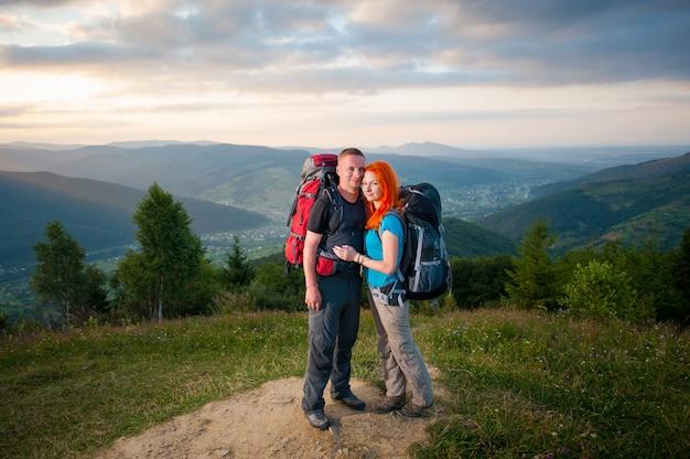 Turisti che si abbracciano e si godono la vista delle montagne