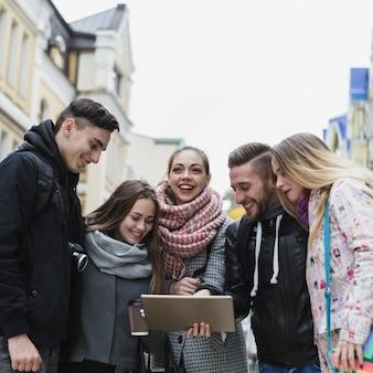 Turisti con tavoletta digitale sulla strada