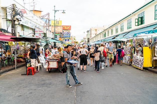 Turisti e gente del posto camminano lungo la popolare destinazione per backpacker khaosarn