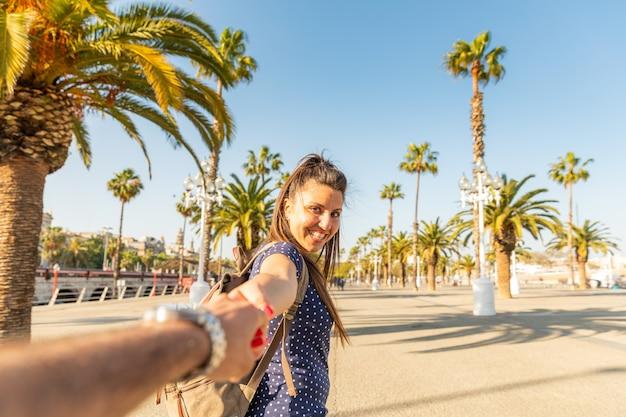 Turisti felici delle coppie a barcellona soleggiata