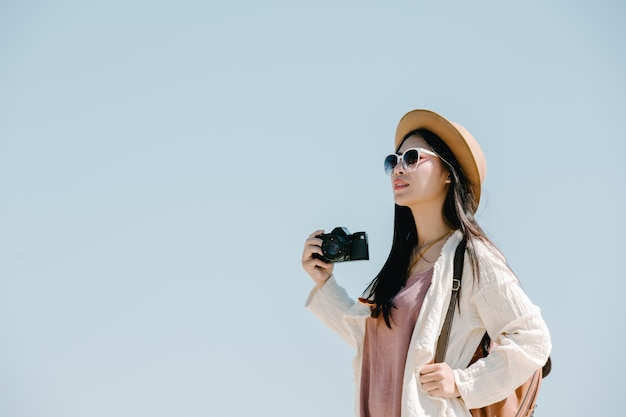 Turisti femminili che fotografano l'atmosfera