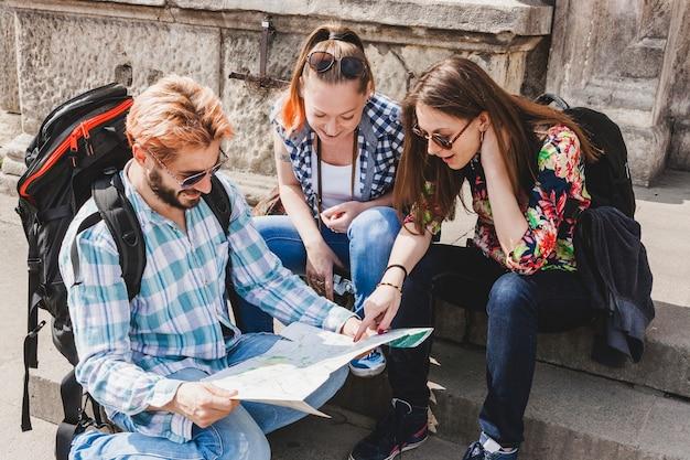 Turisti in città guardando la mappa