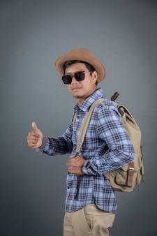 Turisti maschii che backpacking fondo grigio.