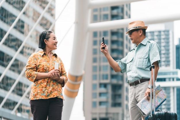 Turisti senior asiatici delle coppie che visitano la capitale