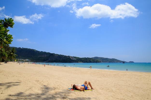 Turisti sulla spiaggia di kata noi - una delle migliori spiagge di phuket, in thailandia.