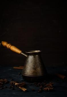 Turk per caffè con chicchi di caffè