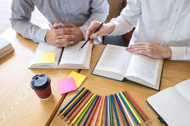 Tutor, apprendimento, educazione, gruppo di adolescenti che imparano a studiare una nuova lezione di conoscenza in biblioteca durante l'insegnamento dell'istruzione degli amici prepararsi per l'esame, concetto di ragazzi di amicizia nel campus della gioventù