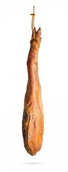 Tutta la gamba del prosciutto iberico spagnolo serrano appeso a una corda. isolato.