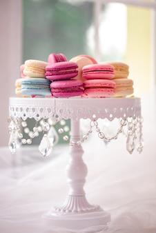 Tutta la lunghezza del piatto bianco con marshmallow, macarons. elegante e lussuoso.