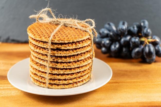 Tutti i waffles al burro con un ripieno di caramello deliziosamente morbido e un pizzico di cannella