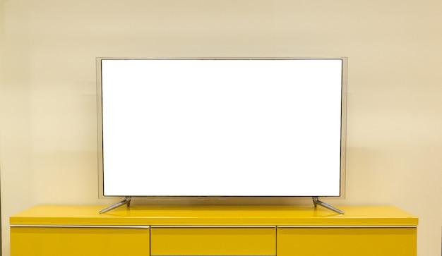 Tv led si trova sul tavolo nel soggiorno della casa