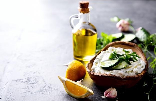 Tzatziki salsa greca tradizionale con ingredienti cetrioli