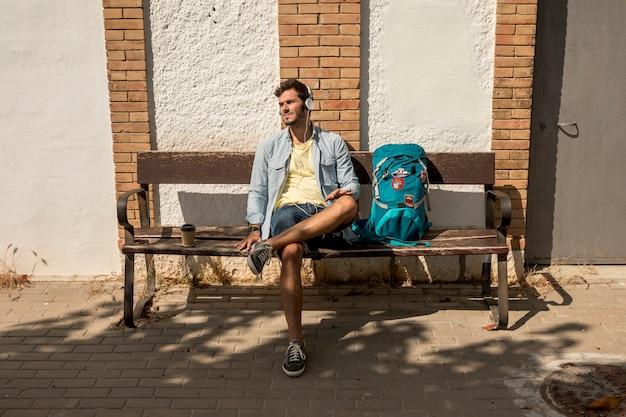 Ubicazione del viaggiatore di vista frontale su una panchina