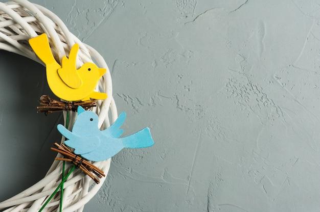 Uccelli di legno fatti a mano blu e gialli rustici