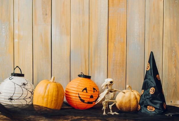 Uccello scheletrico divertente tra roba di halloween