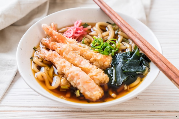Udon ramen noodles con tempura di gamberi