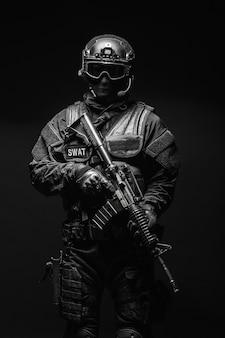 Ufficiale di polizia di spec ops swat