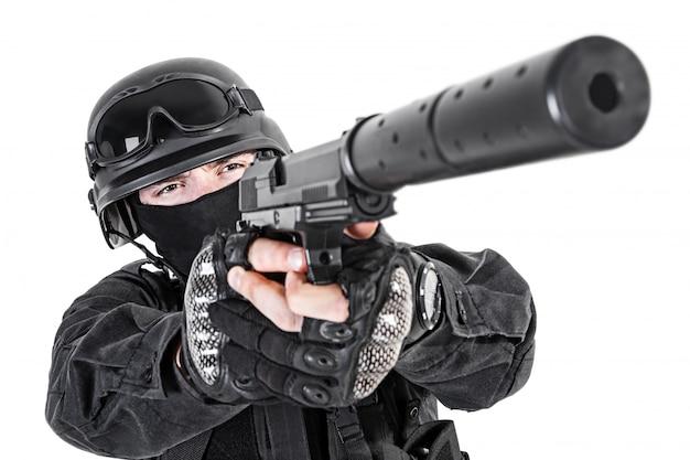 Ufficiale di polizia swat con pistola