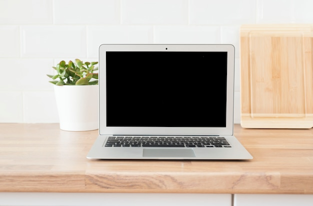 Ufficio a casa. lavorare da casa. computer moderno, laptop con schermo vuoto