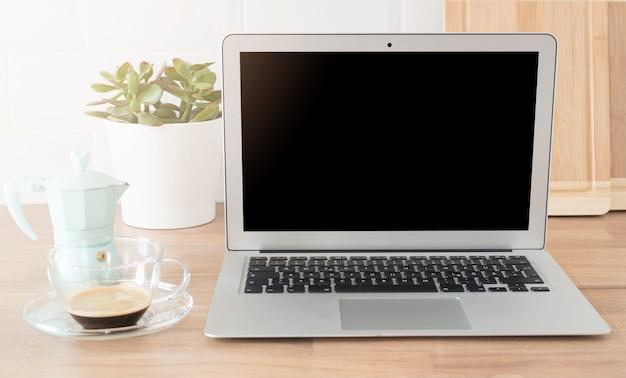 Ufficio a casa. lavorare da casa. laptop con schermo vuoto.